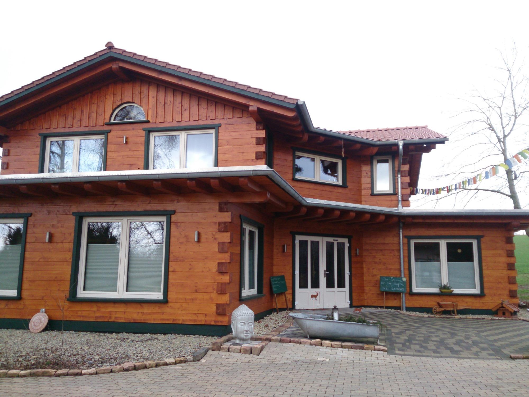 Blockhaus Elegant, Wohnhaus und Praxis, aufgelockerter Grundriss mit versetztem Obergeschoss