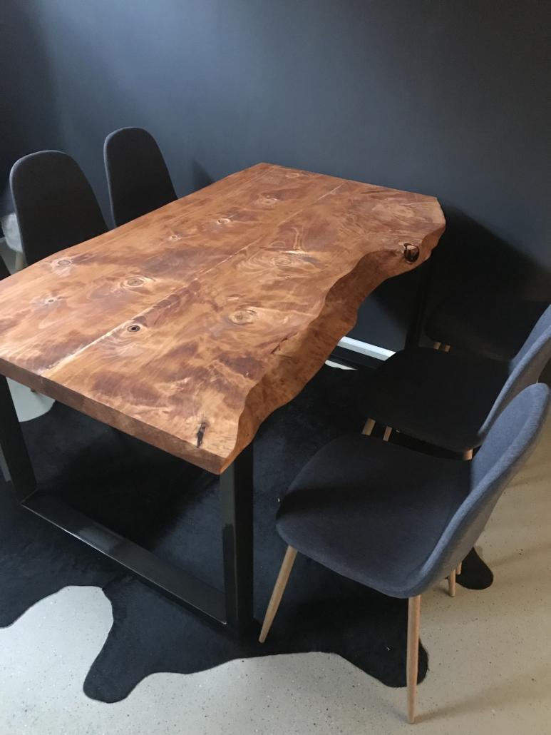 Tisch unbesäumte Bohlen, vom Kunden bearbeitet